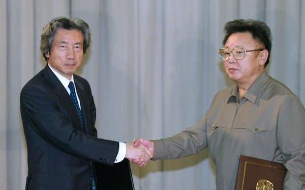 「日朝平壌宣言」に署名し、握手する小泉首相(左)と北朝鮮の金正日総書記(2002年9月17日、肩書は当時)