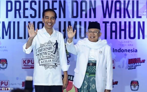 ジョコ大統領(左)は次期大統領選の副大統領候補にイスラム急進派のマアルフ・アミン氏を選んだ=ロイター