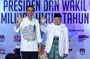 ジョコ大統領(左)は次期大統領選の副大統領候補にイスラム急進派のマアルフ?アミン氏を選んだ=ロイター