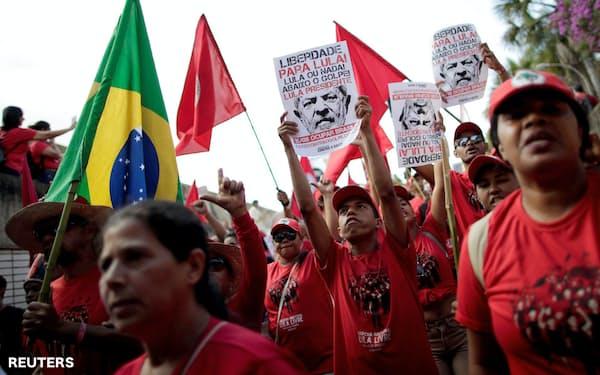 ルラ氏の出馬を求める支持者ら(ブラジリア)=ロイター
