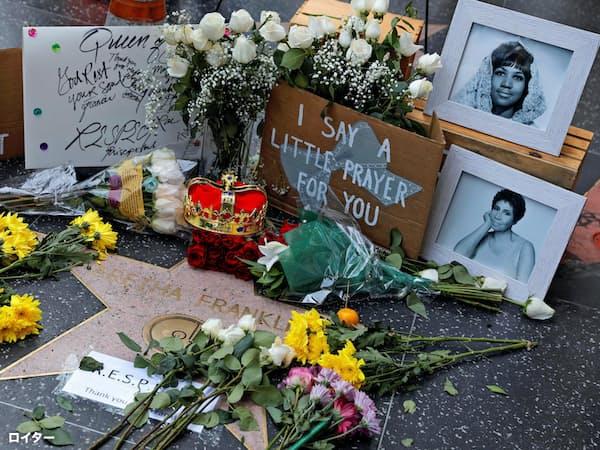 16日、米ロサンゼルス・ハリウッドでフランクリンさんに手向けられた花や写真=ロイター
