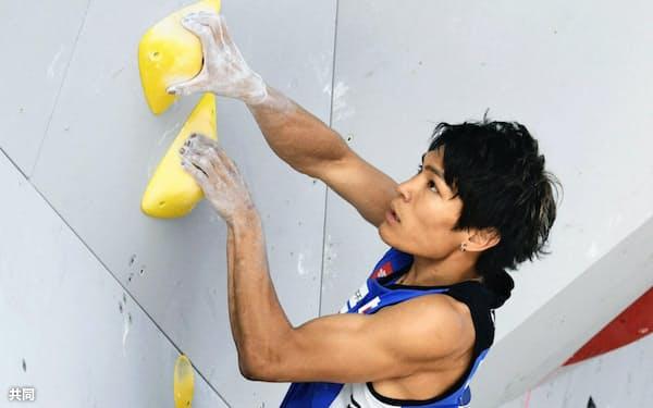 ボルダリング最終戦の男子予選 課題に挑む楢崎智亜(17日、ミュンヘン)=共同