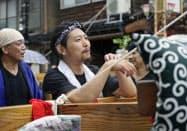 「あばれ祭」を写真や動画でネット配信するため、会場を訪れた辻野実さん(石川県能登町)=共同