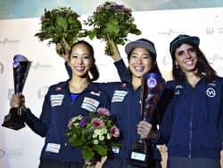 W杯ボルダリング女子総合優勝し、表彰式で笑顔を見せる野中生萌(中央)と同2位の野口啓代(左)。右は同3位のファニー・ジベール(18日、ミュンヘン)=共同