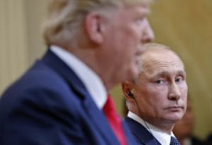 トランプ米大統領とロシアのプーチン大統領(右)(7月16日、ヘルシンキ)=AP