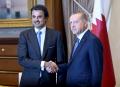 カタールのタミム首長(左)と会談するトルコのエルドアン大統領(15日、トルコ・アンカラ)=トルコ大統領府提供・ロイター