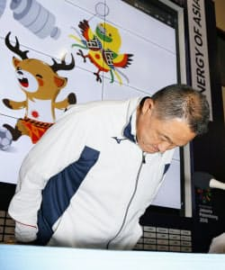 バスケ男子日本代表選手の問題に関する記者会見で、謝罪する日本選手団の山下団長=共同