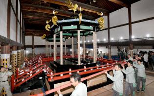 解体作業中の高御座(20日、京都市上京区の京都御所)