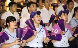 日大三戦の中継映像を観戦し、声援を送る金足農の生徒ら(秋田市)=共同