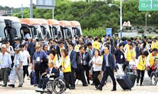 南北離散家族の再会事業に参加するため北朝鮮の金剛山に向かう韓国側参加者ら(20日、韓国の南北出入事務所)=AP