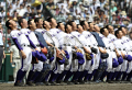 第100回全国高校野球選手権大会の準決勝で日大三を破って初の決勝進出を決め、校歌を歌う吉田(左から2人目)ら金足農ナイン=共同