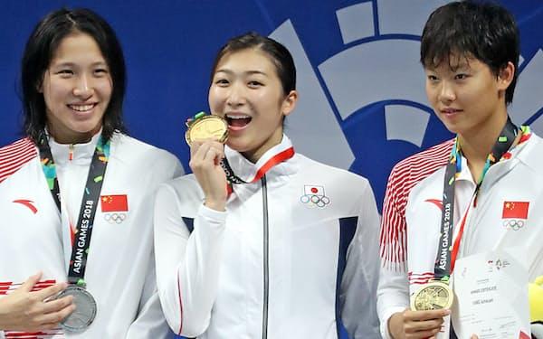 競泳女子100メートル自由形で金メダルを獲得し笑顔の池江(中)=石井理恵撮影