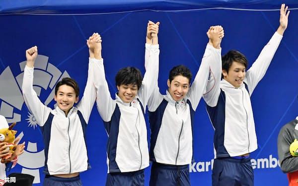 男子800メートルリレーで大会2連覇を達成し、歓声に応える(左から)江原、坂田、萩野、松元(20日、ジャカルタ)=共同