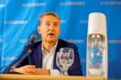 ソーダストリームの買収について会見するペプシコのラモン・ラグアータ次期CEO(20日、テルアビブ)=ロイター