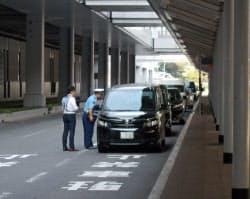 白タク対策として駐車違反取り締まりを行う(7月26日、関空での摘発キャンペーン)=大阪府警提供、一部画像処理しています