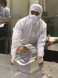 東大柏キャンパスで21日公開された重力波望遠鏡「かぐら」の鏡
