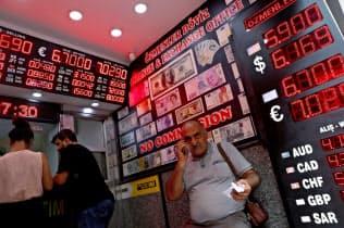トルコの通貨リラの暴落はグローバル市場を揺さぶった(写真は8月17日、イスタンブールの両替所)=ロイター