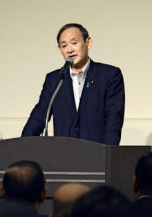 札幌市内で講演する菅官房長官=共同