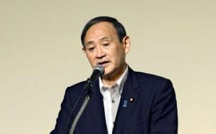 札幌市内で講演する菅官房長官(21日)=共同