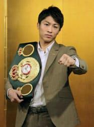 記者会見でポーズをとる、WBAバンタム級王者の井上尚弥(21日、東京都内)=共同