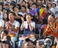 決勝で敗れた金足農の選手に拍手を送るパブリックビューイング会場の秋田県民ら(21日午後、秋田市)