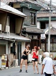 中崎町の街並みを撮影する外国人観光客(21日、大阪市北区)