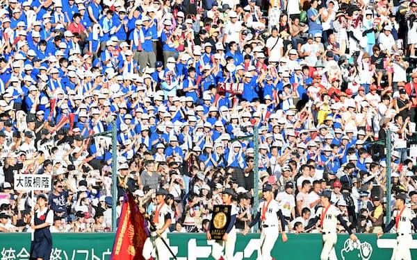 優勝旗を手に場内一周する大阪桐蔭ナインに声援を送る応援団(21日、甲子園球場)
