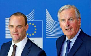 EUのバルニエ首席交渉官(右)と英国のラーブEU離脱担当相(21日、ブリュッセルのEU本部で)=ロイター