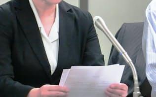 日本通運の雇い止めは不当と訴える女性(4月、東京都内の記者会見)