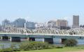 荒川とJR北千住駅周辺のビル群(22日、東京都足立区)