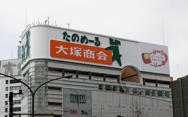 大塚商会はオフィス用品の通信販売「たのめーる」も手掛けている(東京都新宿区の同社の看板)