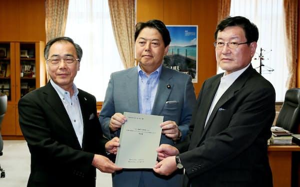 名古屋大の松尾清一学長(左)と岐阜大の森脇久隆学長(右)は林芳正文科相に要望書を提出した(22日、東京・千代田)