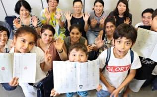 ボランティアによる日本語教室。多くのクルド人親子が集まり、日本の文化や風習についても学ぶ(埼玉県川口市)=三村幸作撮影