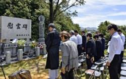 広島市の比治山陸軍墓地で営まれた「対馬丸」の慰霊祭(22日午前)=共同