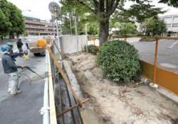 文科省は建築基準法の基準を満たさない危険なブロック塀の対策を急ぐ(10日、大阪府摂津市)