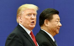首脳会談後の調印式を終え、引き揚げるトランプ米大統領(左)と中国の習近平国家主席=2017年11月、北京の人民大会堂(共同)