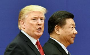 トランプ米大統領(左)と中国の習近平国家主席=2017年11月、北京の人民大会堂(共同)