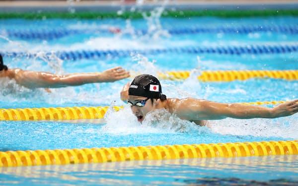 競泳男子400メートル個人メドレー決勝で力泳する瀬戸(右)と萩野=石井理恵撮影