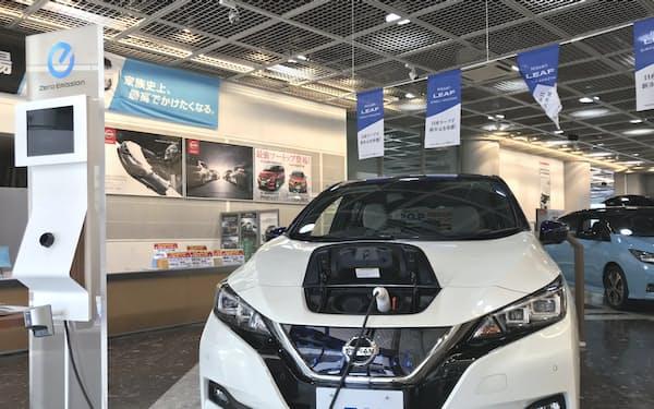世界的なEVの普及には充電規格の統一が課題だった(都内の日産車販売店)