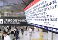 台風接近に備えて、運休や終電の繰り上げの可能性を伝える掲示(23日午前、JR大阪駅)