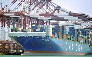 対中制裁関税の拡大をにらみ、中国から米国向けのコンテナ輸送量が急増している(中国・青島港)=AP