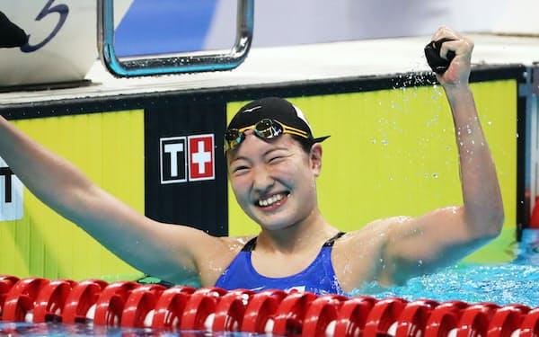 競泳女子100メートル背泳ぎで優勝した酒井=石井理恵撮影