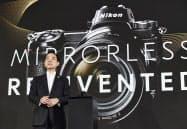 新型ミラーレスカメラを発表するニコンの牛田社長(23日、東京都品川区)
