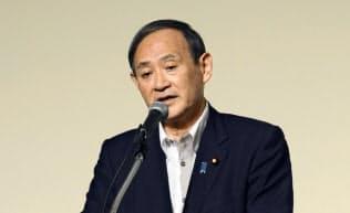 札幌市内で講演する菅官房長官(21日午後)=共同