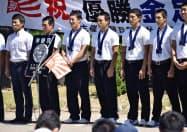 学校で行われた報告会に臨む吉田輝星投手(左から3人目)ら金足農ナイン(23日午前、秋田市)=共同