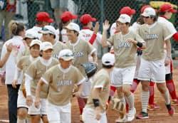 中国に勝利し、決勝進出を決めた日本。右端は上野(23日、ジャカルタ)=共同