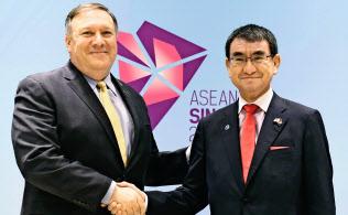 日米は「自由で開かれたアジア太平洋戦略」で中国に対抗する(8月4日、シンガポールで会談したポンペオ米国務長官(左)と河野外相)=共同