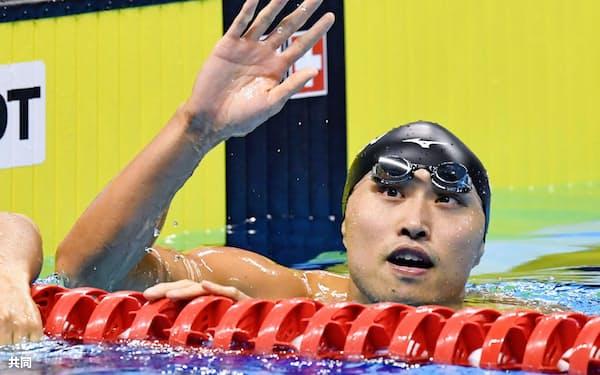 男子100メートル自由形で優勝し、歓声に応える塩浦慎理(23日、ジャカルタ)=共同