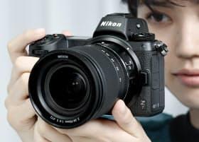 ニコンが発表した新型ミラーレスカメラ(23日午後、東京都品川区)
