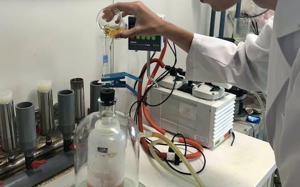 薬品を加えるなどして上澄みのプラ微粒子を分離する=千葉工大の亀田准教授提供